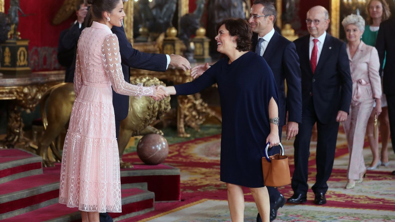 El rey Felipe VI, la reina Letizia, y Soraya Sáez de Santamaría. (EFE)