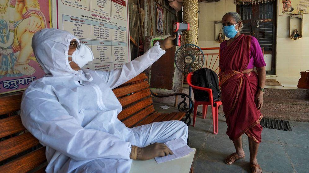 Foto: Un enfermero toma la temperatura a una mujer en Mumbai. (Reuters)