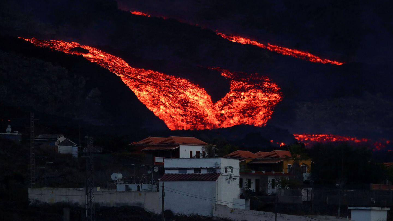 El volcán de Cumbre Vieja, en La Palma, durante esta madrugada. (Reuters)