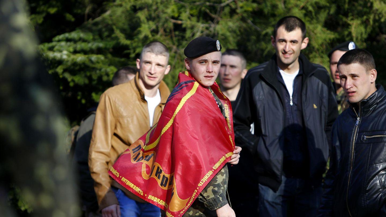 Un soldado ucraniano espera para abandonar su base en Feodosia, Crimea (Reuters).