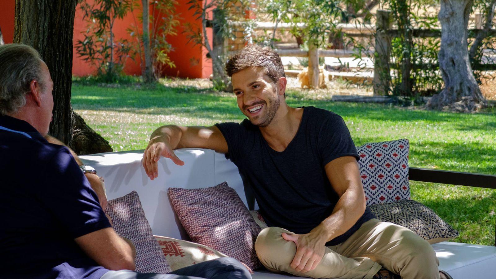 Foto: Pablo Alborán junto a Bertín Osborne en 'Mi casa es la tuya'. (Mediaset España)