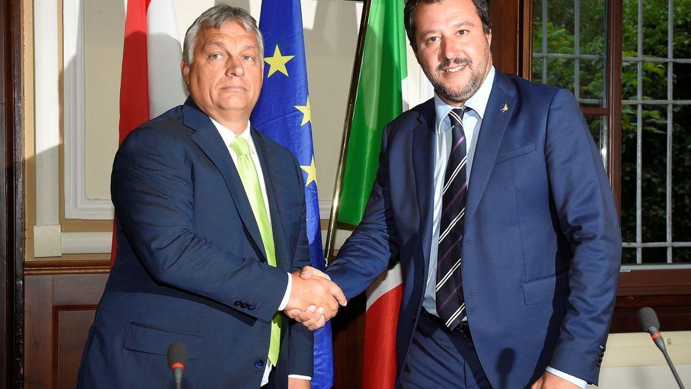 Foto: Víktor Orban (izquierda) y Matteo Salvini durante una reunión en Milán, en la que el húngaro llamó 'héroe' al líder de La Liga (EFE)