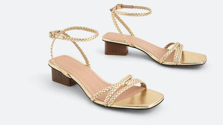 Sandalias doradas de Uterqüe. (Cortesía)