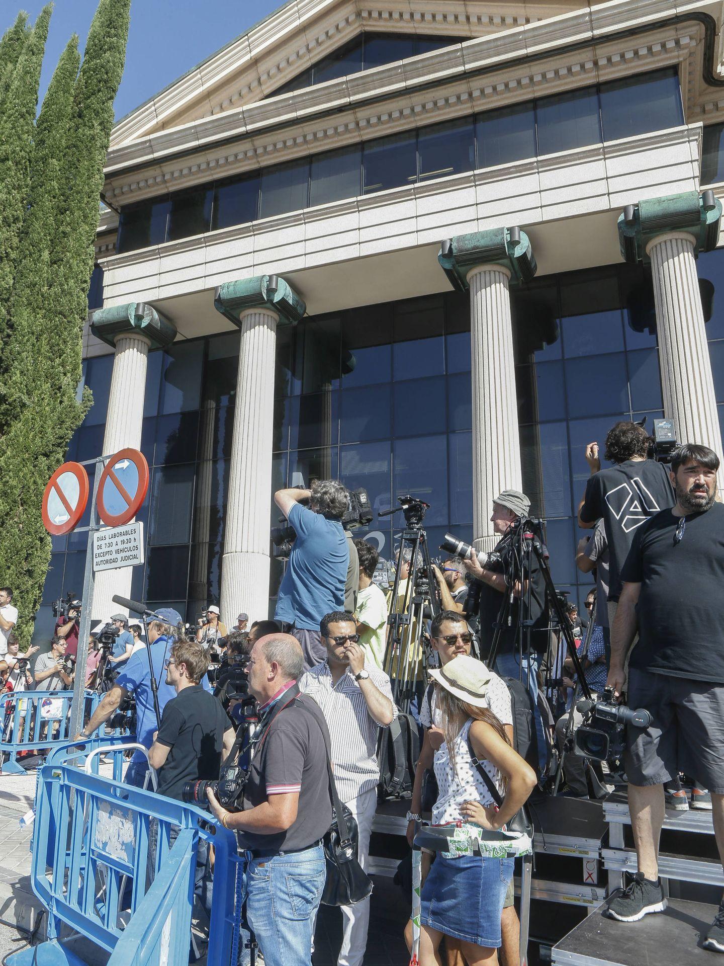 Imágenes de las puertas del juzgado de Pozuelo de Alarcón durante la declaración de Cristiano Ronaldo. (Gtres)