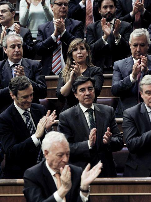 Sánchez Camacho (c), junto a los diputados del grupo Popular. (EFE).