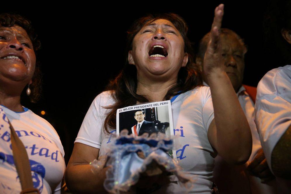 Foto: Seguidores de Alberto Fujimori celebran el indulto concedido al expresidente peruano, en Lima. (Reuters)