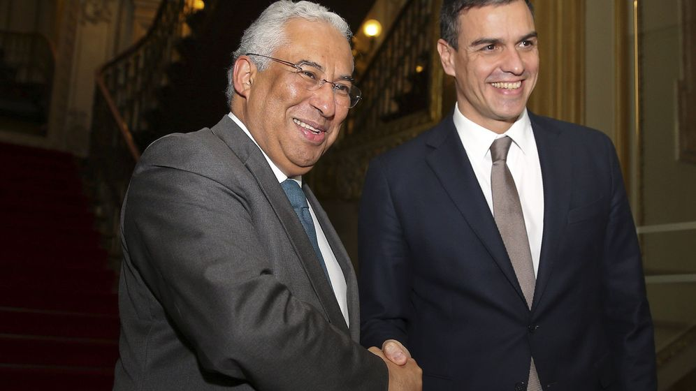 Foto: El primer ministro portugués, António Costa, saluda a Pedro Sánchez, al inicio de su reunión en Lisboa, en la sede del PS, este 7 de enero. (EFE)