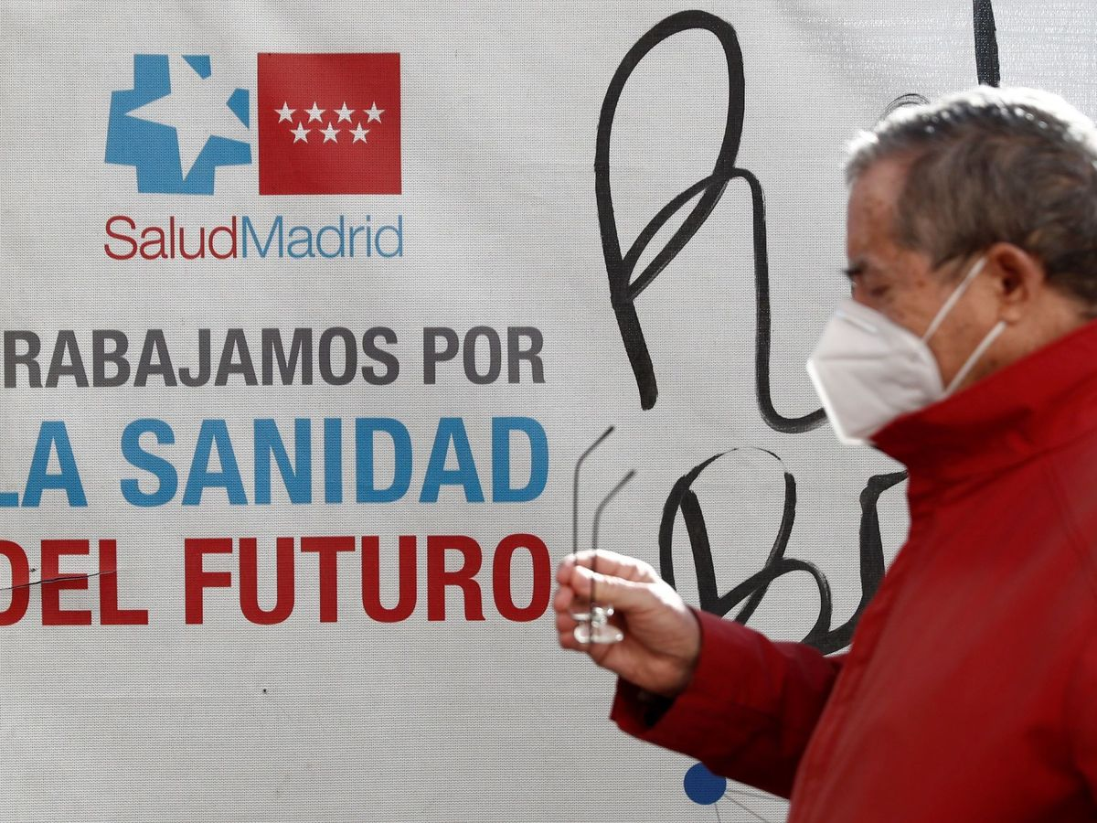 Foto: Un hombre con mascarilla, a la salida del Hospital Gregorio Marañón de Madrid. (EFE)