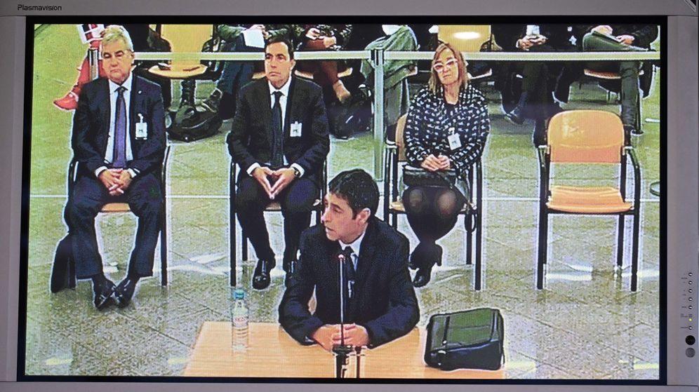 Foto: Vista del monitor de la sala de prensa de la Audiencia Nacional, durante la declaración del mayor de los Mossos d'Esquadra Josep Lluís Trapero. (EFE)