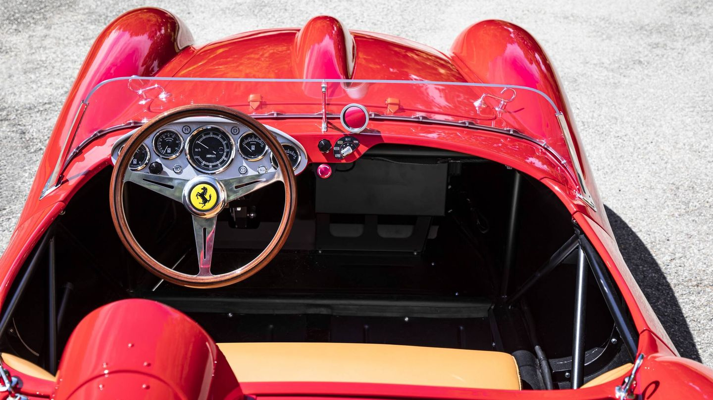 La tapicería de piel recurre a las mismas calidades que los Ferrari actuales, y la instrumentación se ha adaptado a su mecánica eléctrica.