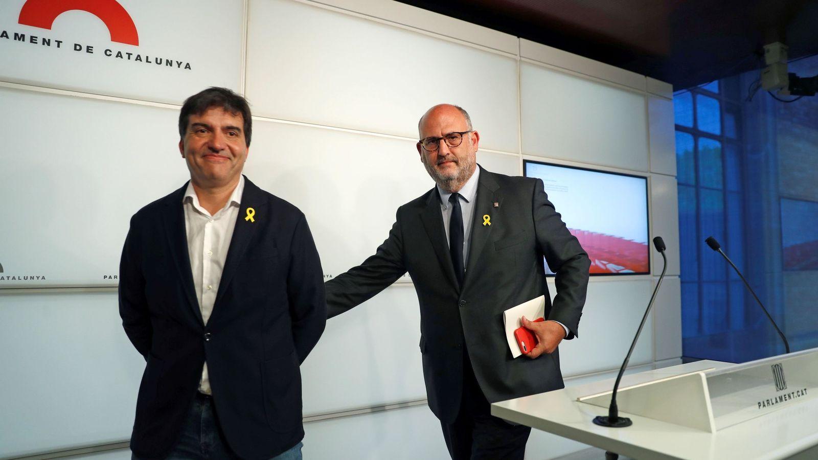 Foto: El portavoz de ERC, Sergi Sabrià (i), y el de JxCAT, Eduard Pujol, explican en rueda de prensa el acuerdo por el voto delegado de los diputados suspendidos. (EFE)