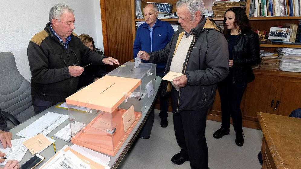 Foto: Los vecinos de Villarroya en las últimas elecciones generales. (EFE)