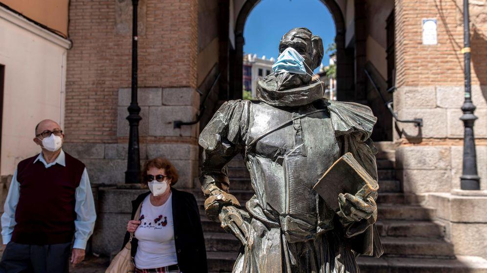Foto: Estatua de Miguel de Cervantes con una mascarilla, este lunes en Toledo. (EFE)