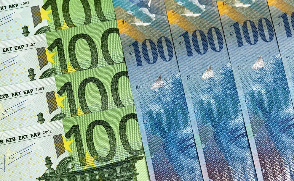 Foto: Euros y francos suizos en el Banco de Suiza (Efe)