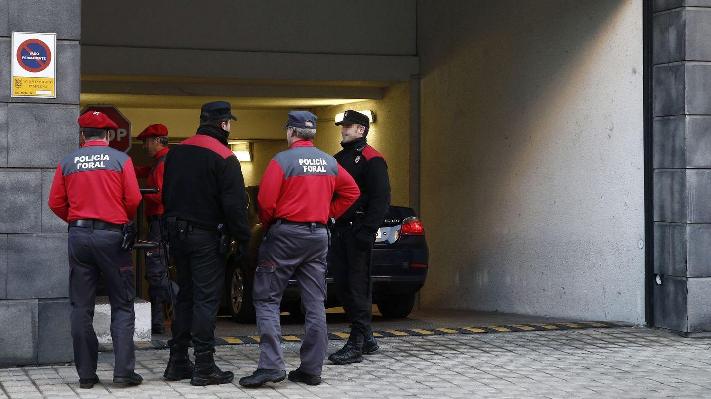 Efectivos de la Policía Foral vigilan la entrada al garaje del Tribunal Superior de Justicia de Navarra. (EFE)