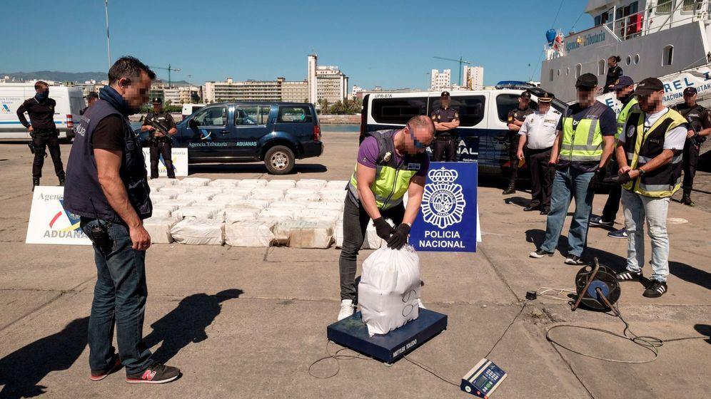 Foto: Agentes de la Policía Nacional y de la Agencia Tributaria pesan los 1.850 kilos de cocaína incautada a bordo del velero a su llegada a la Base Naval de Las Palmas de Gran Canaria. (EFE)