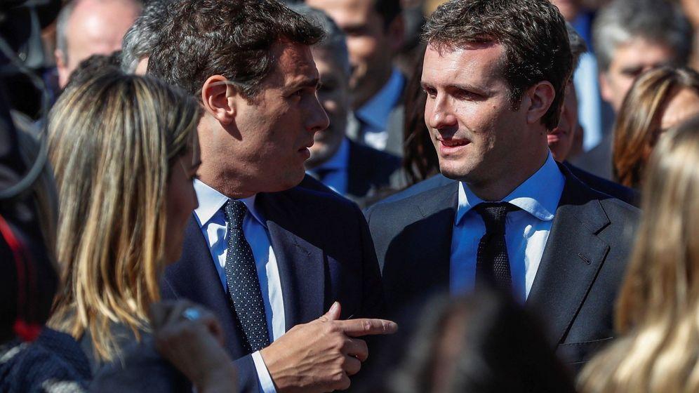 Foto: El presidente del PP, Pablo Casado (d), y el presidente de Ciudadanos, Albert Rivera, durante el acto de recuerdo a los 193 fallecidos en los atentados del 11-M. (EFE)