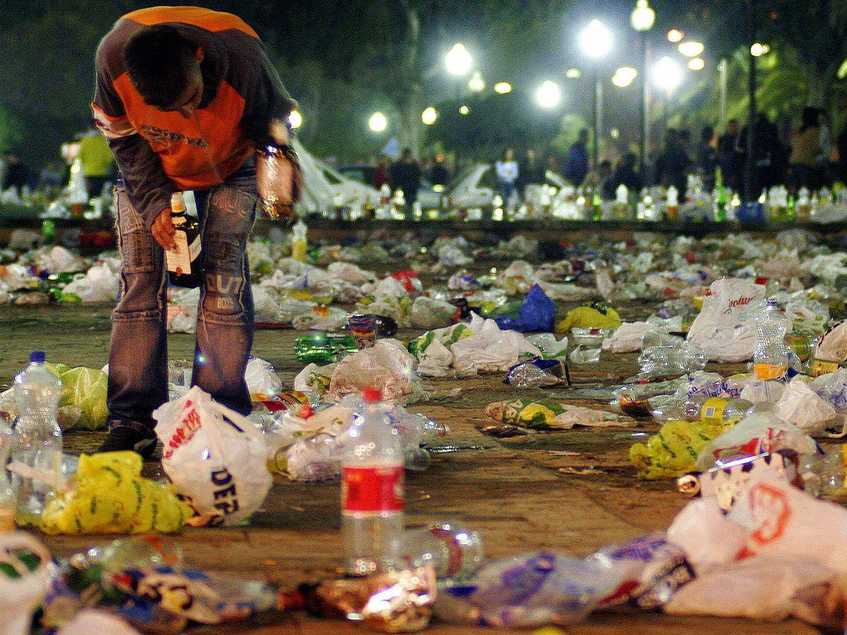 Foto: Un macrobotellón en Barcelona termina con graves altercados. (Reuters)