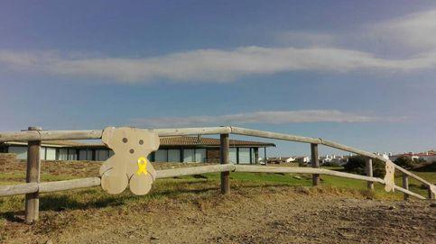 Los CDR cuelgan osos de cartón con lazos amarillos alrededor de la casa de los Tous