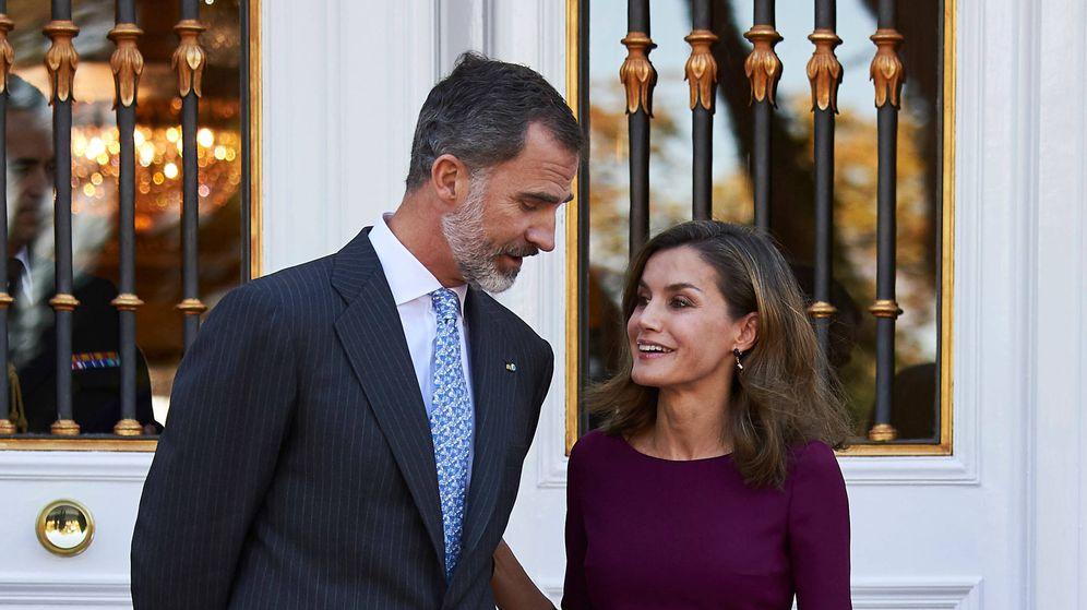 Foto: Don Felipe y doña Letizia en la escalinata de Zarzuela. (Limited Pictures)
