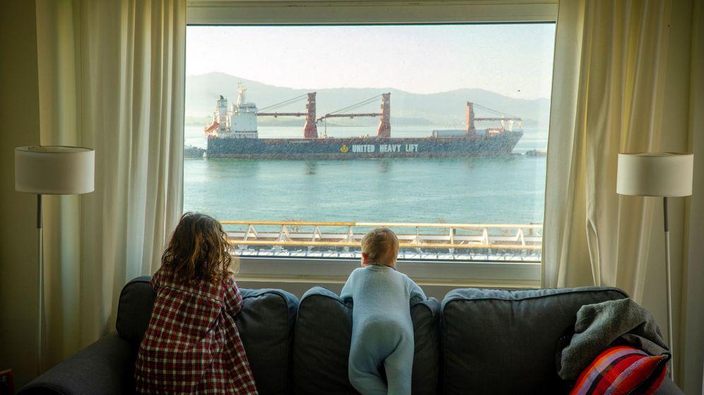 Foto: Dos niñas observan desde casa la entrada de barcos mercantes en la bahía de Santander durante el 11º día de confinamiento por la pandemia de coronavirus. (EFE / Román G. Aguilera)