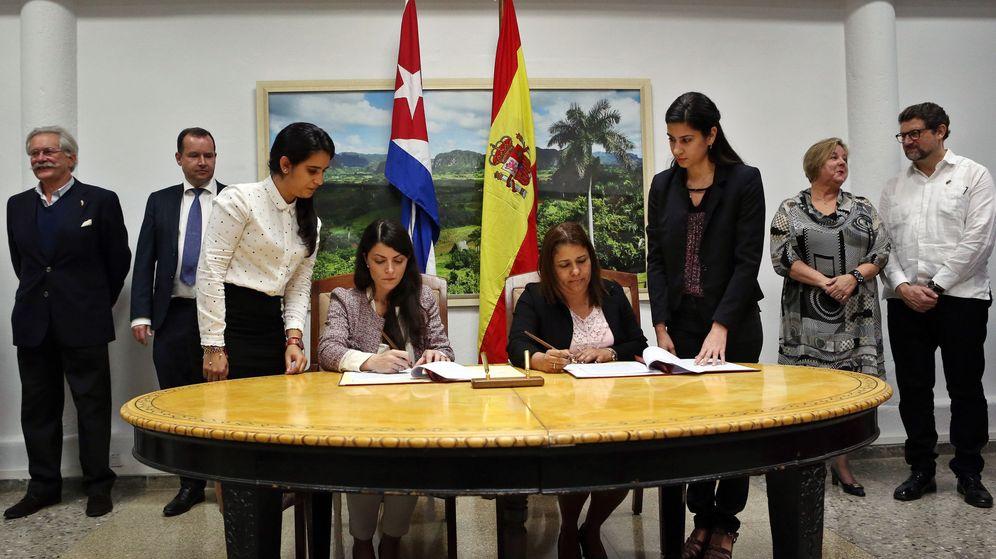 Foto: Foto de archivo de la ex secretaria general y del consejo de Mercasa Macarena Olona (sentada a la izquierda de la imagen), fichada por Sepides. (EFE)