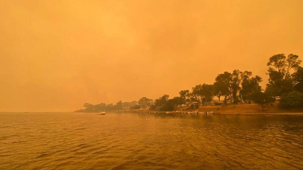 Foto: El humo de los incendios en Mallacoota, Australia. (Reuters / George Mills)