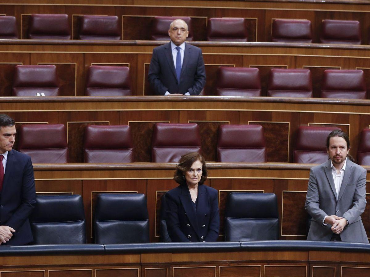 Foto: El presidente del Gobierno, Pedro Sánchez, y los vicepresidentes primera, Carmen Calvo, y segundo, Pablo Iglesias, en el Congreso de los Diputados. (EFE)