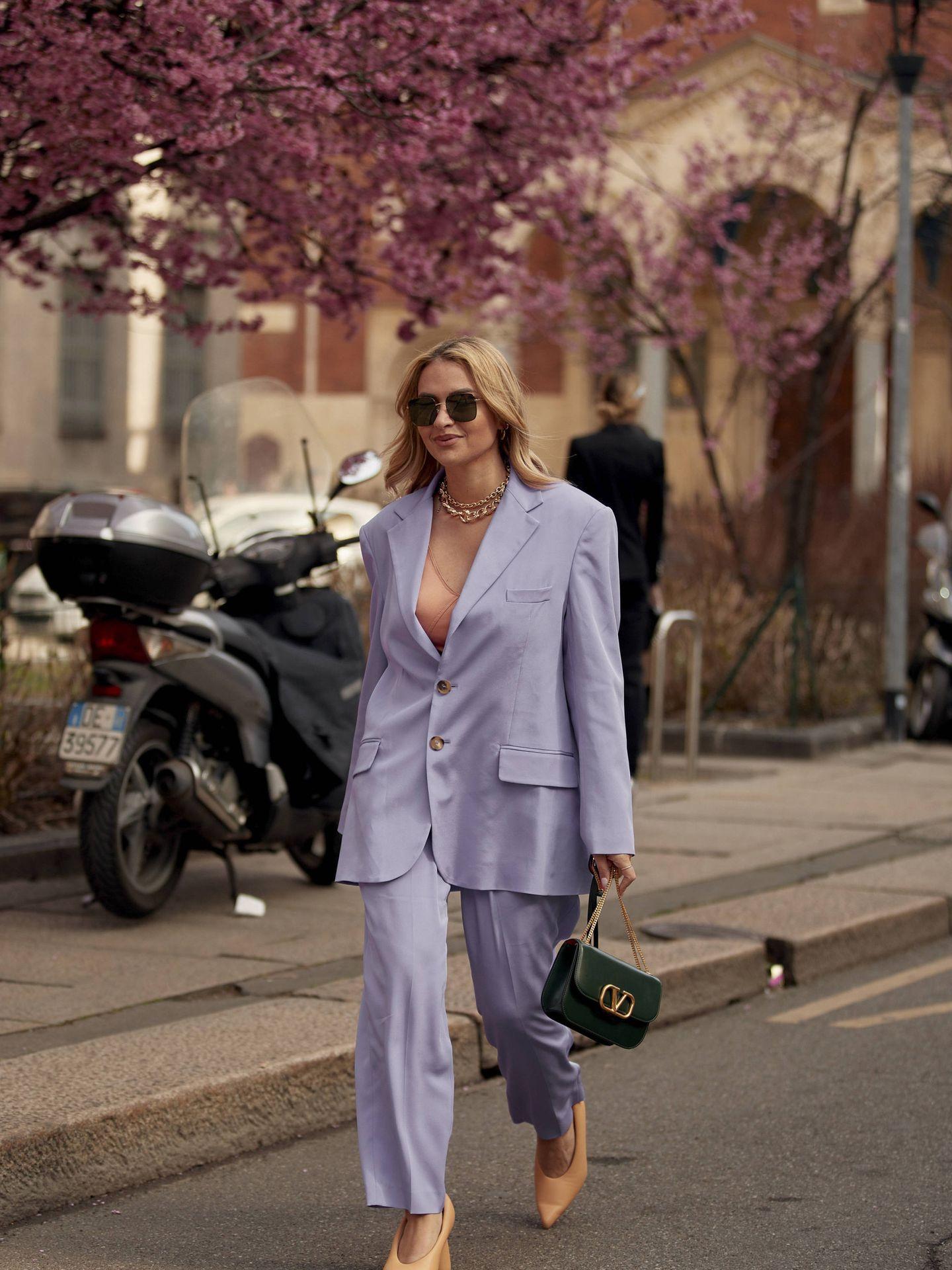 Una insider con un traje sastre en color lila. (Imaxtree)