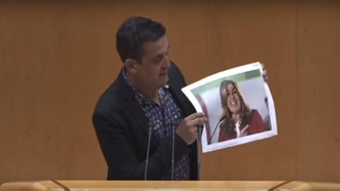 Un senador de Compromís rompe una foto de Susana Díaz y le llama gusana