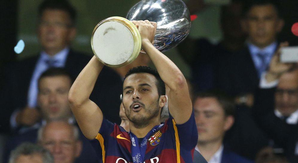 Foto: Pedro con el trofeo que acredita al Barcelona como nuevo campeón de la Supercopa de Europa (EFE)