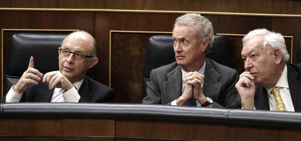 Foto: De izda. a dcha, los ministros de Hacienda, Defensa y Asuntos Exteriores, Cristóbal Montoro, Pedro Morenés y José Manuel García-Margallo. (EFE)