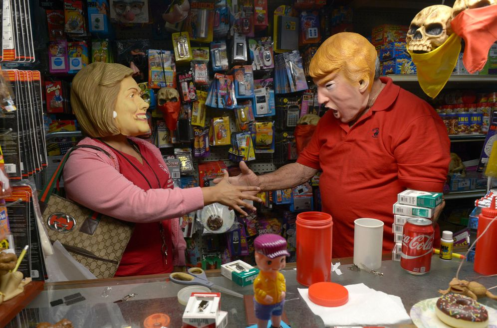 Foto: Máscaras de Trump y Clinton en la pasada noche de Halloween (EFE)