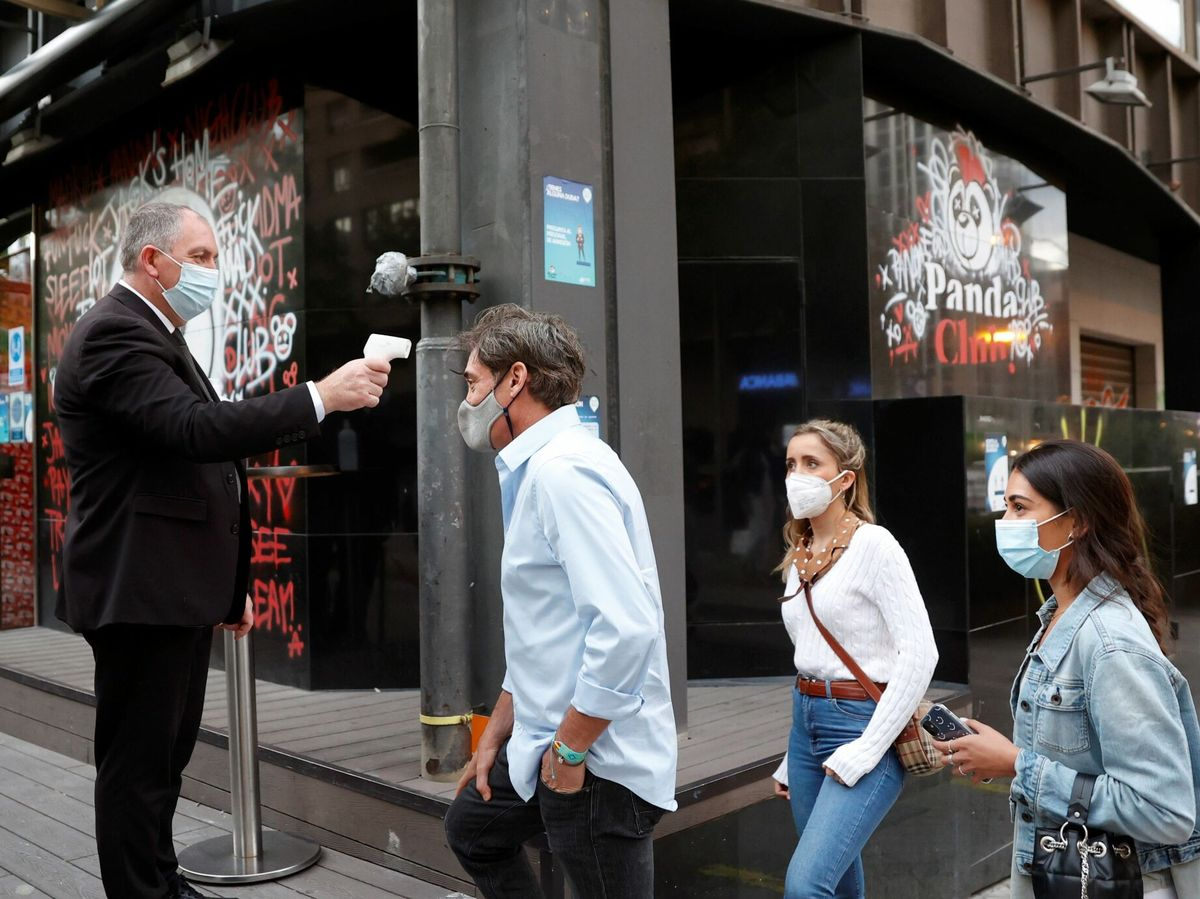 Foto: Control de temperatura en el acceso a una discoteca en Madrid. (EFE)