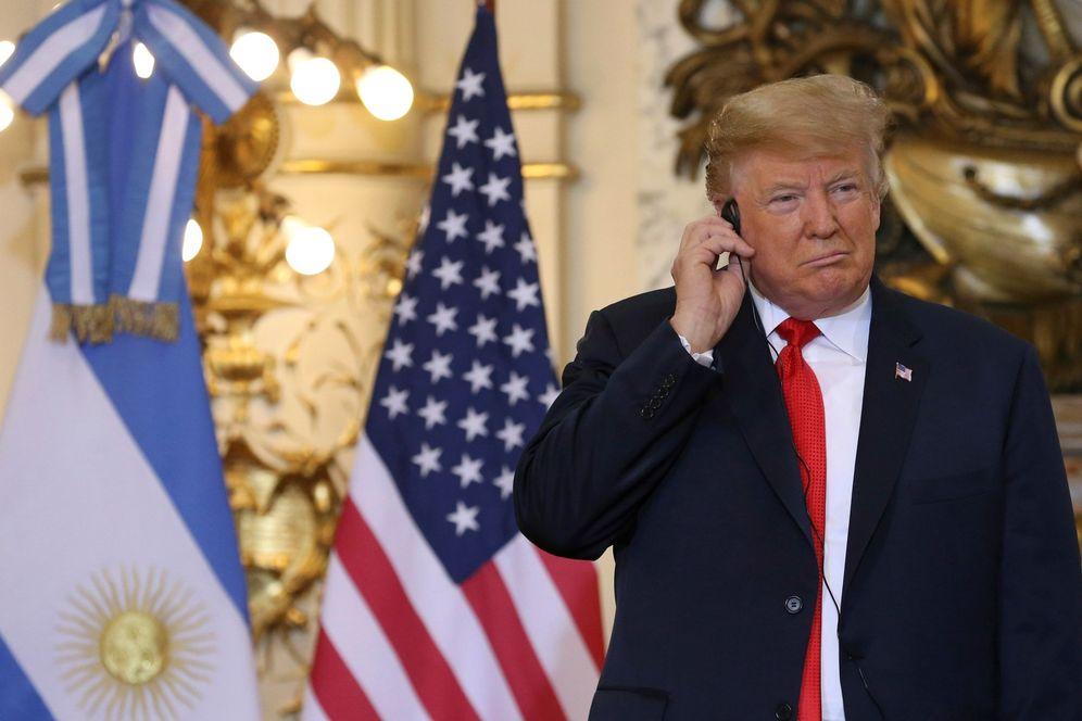 Foto: Donald Trump en la rueda de prensa junto a Mauricio Macri, momentos antes de dejar caer el audífono al suelo. (EFE)
