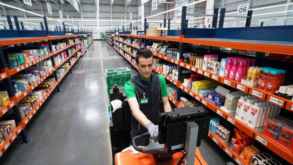 Foto: Un empleado de Mercadona en la 'colmena' de Valencia
