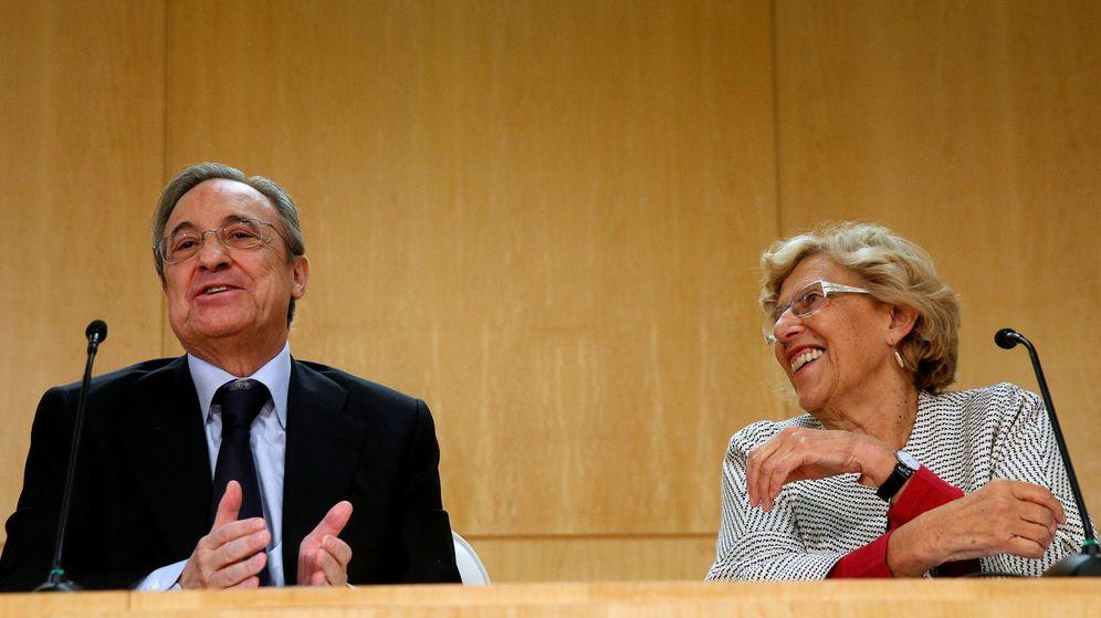 Foto: La alcaldesa de Madrid, Manuela Carmena, junto a Florentino Pérez. (Reuters)