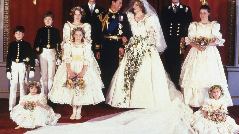 Lady Di y el príncipe Carlos con sus damas de honor. India Hicks posa a la derecha del novio. (Cordon Press)