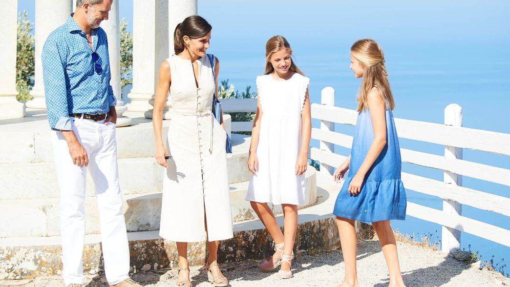 Foto: Los reyes Felipe y Letizia, con sus hijas en Son Marroig. (Limited Pictures)