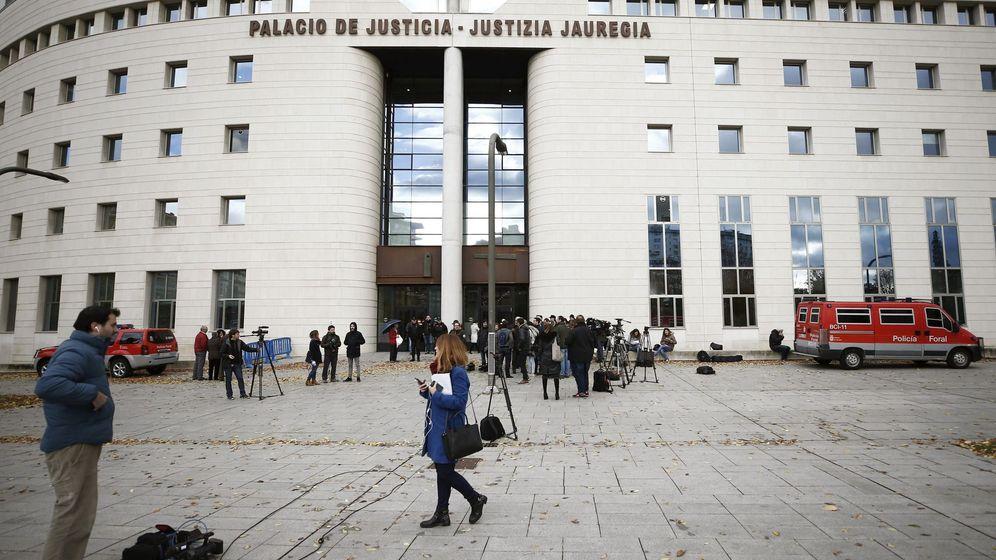 Foto: Un gran número de medios de comunicación se han acreditado para cubrir hoy el inicio del juicio en el Tribunal Superior de Justicia de Navarra contra 'La Manada'. (EFE)