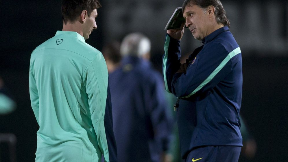 Foto: El Tata Martino habla con Messi en su etapa de entrenador del Barcelona. (EFE)