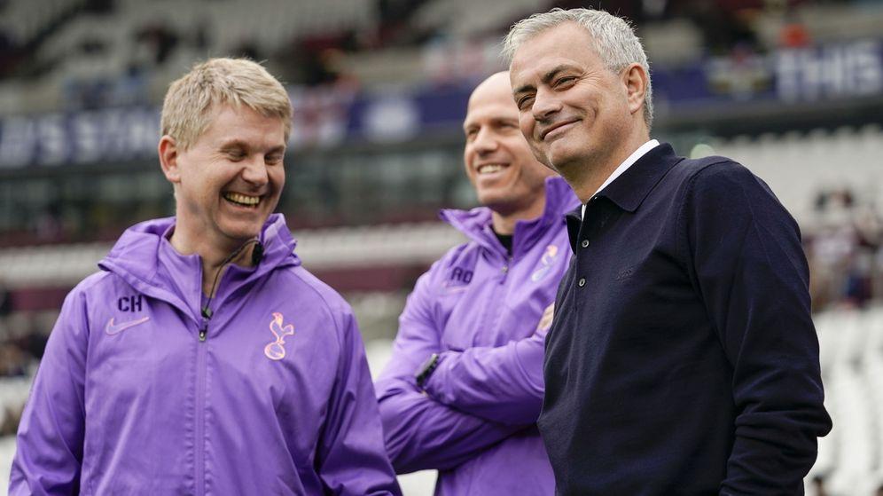 Foto: Mourinho sonríe antes de su estreno como entrenador del Tottenham en el partido contra el West Ham. (Efe)