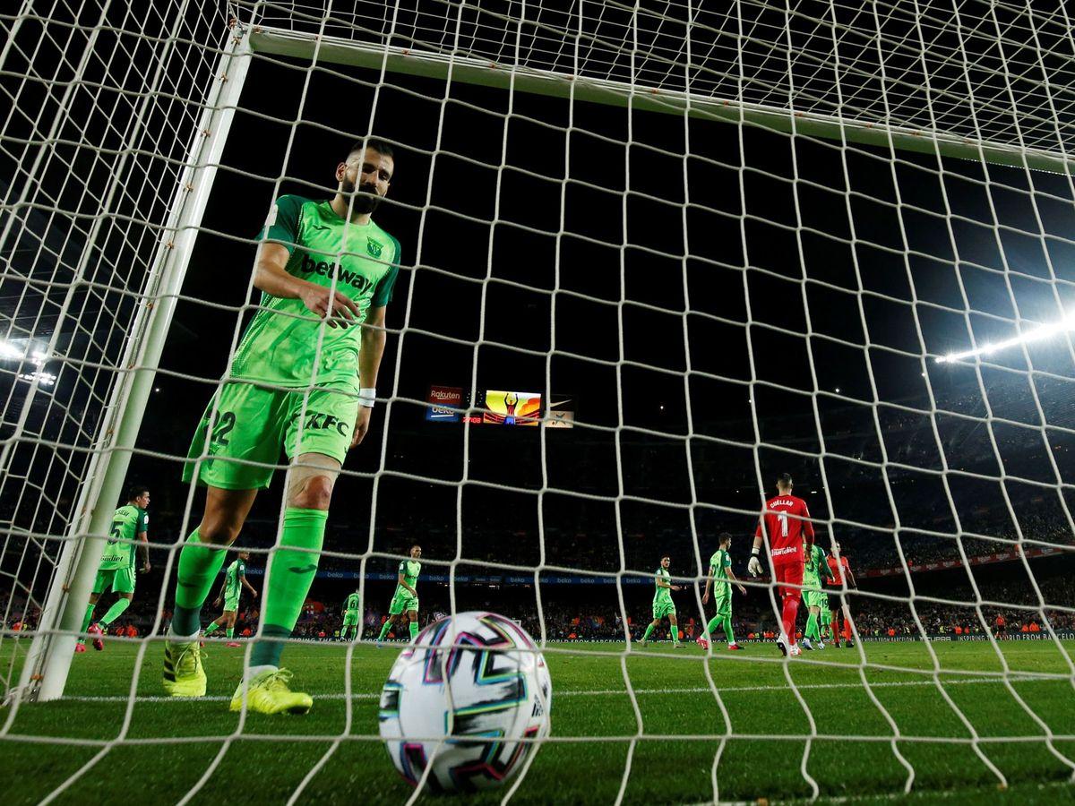 Foto: Siovas recogiendo la pelota del fondo de la portería. (Reuters)