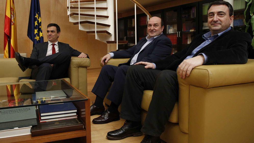 Foto: Foto de archivo de Pedro Sánchez junto con Andoni Ortuzar y Aitor Esteban. (EFE)
