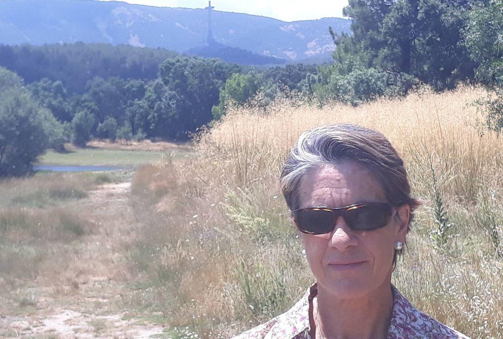 Foto: Pilar Gutiérrez, con la cruz del Valle de los Caídos de fondo. (D. B.)