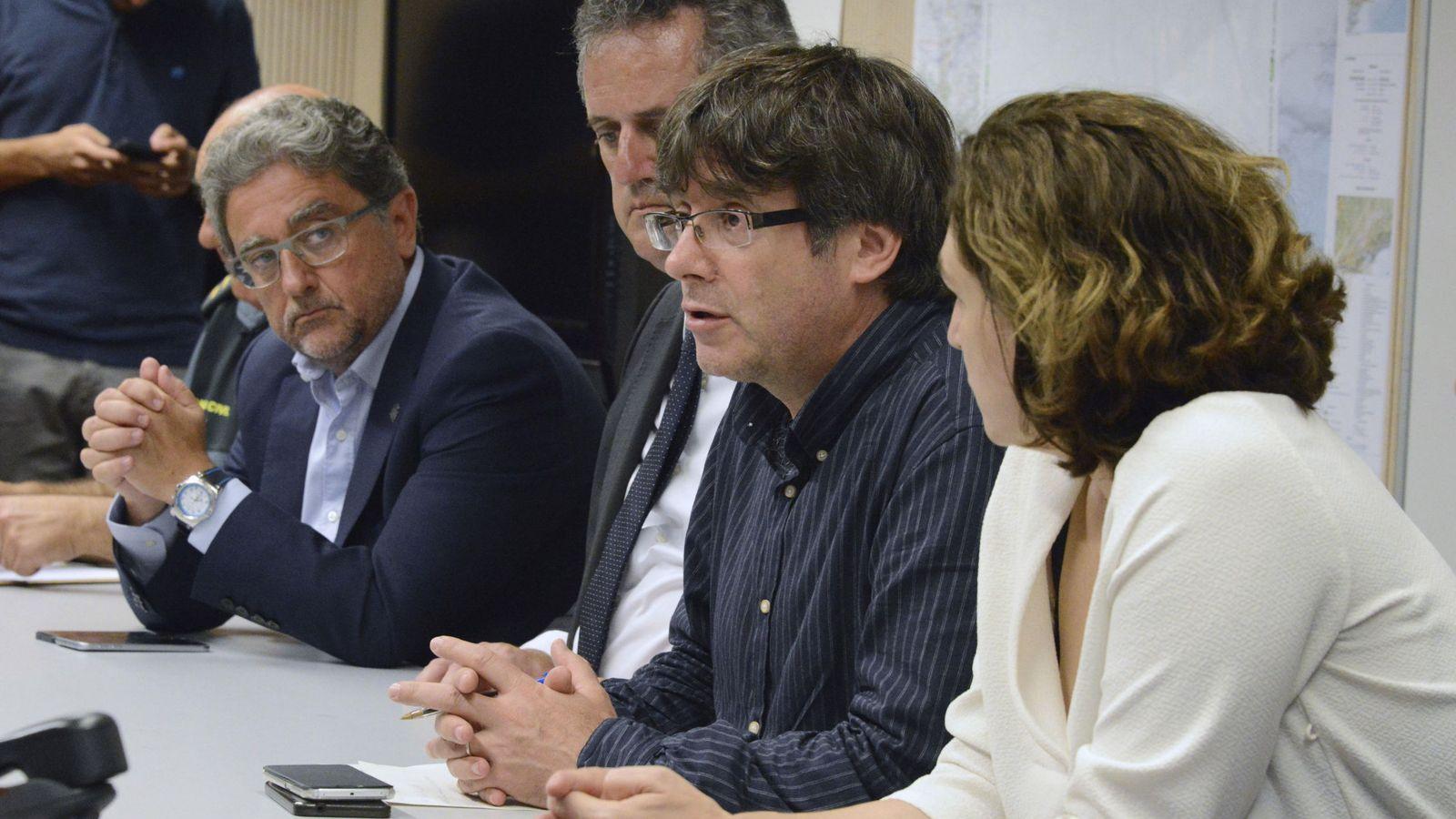 Foto: Puigdemont acude a la reunión de urgencia por el atentado en las Ramblas (EFE)