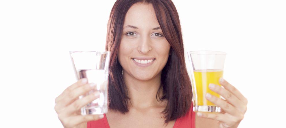 Foto: ¿Agua o zumo? Cada vez más expertos desaconsejan esta última bebida. (iStock)
