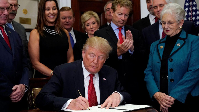 El senador republicano Rand Paul (R-KY) aplaude mientras el presidente Trump firma una orden ejecutiva que anula partes del Obamacare, el 12 de octubre de 2017. (Reuters)