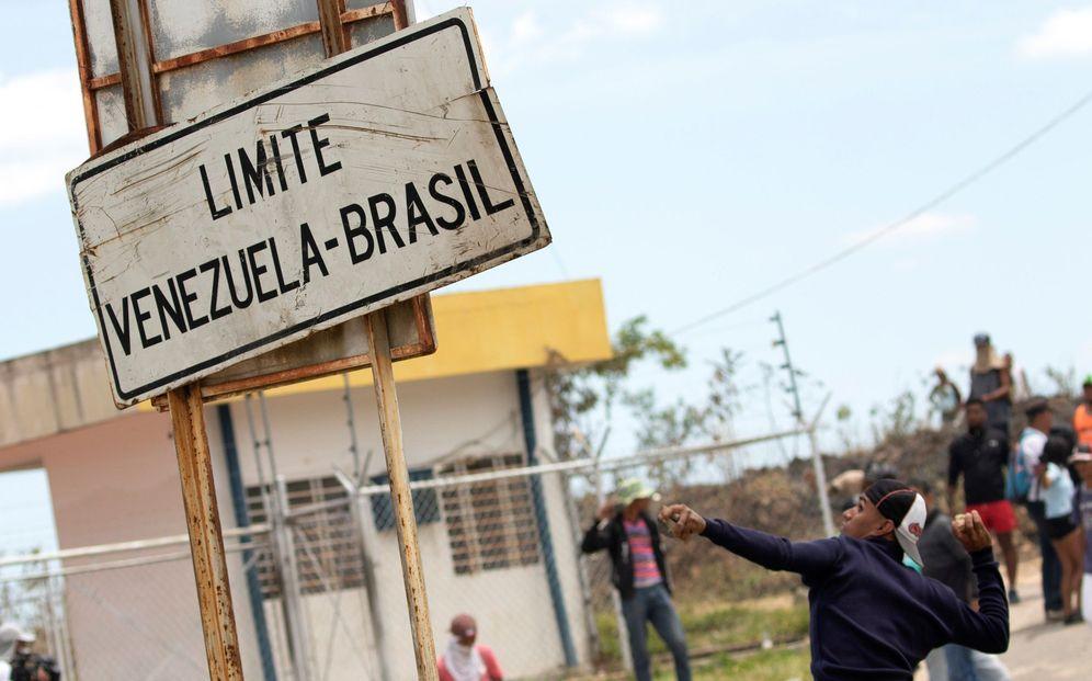 Foto: Venezolanos se enfrentan a los Policías de la Guardia Nacional este domingo en la frontera entre Pacaraima (Brasil) y Venezuela. (EFE)