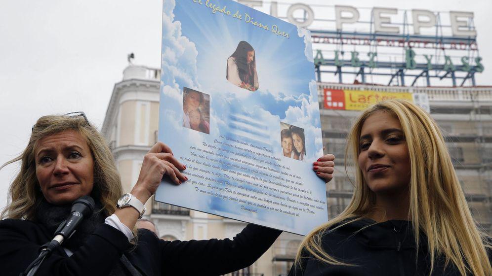 Foto: Diana López-Pinel (i), en una manifestación a favor de la prisión permanente revisable. (EFE)